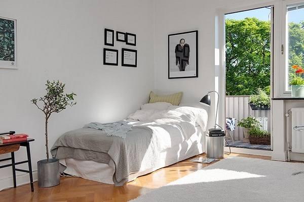 кровать боком к стене